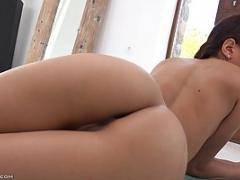 Une brunette nue exhibe ses deux trous à la caméra