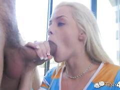 Jeune blondinette tr�s chaude d�fonc�e en levrette