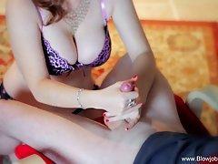Une rousse fait gicler une bite entre ses gros seins