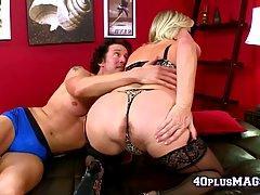 Une grosse salope mature en lingerie baise