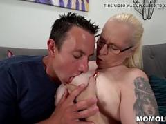 Une grand-mère aux gros seins se fait baiser par un...
