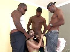 Trinity St.Clair dans un gangbang avec 3 blacks